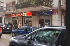 Furto al supermercato, il giovane straniero ferma il rapinatore
