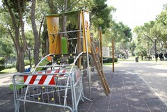 Abbandono e rovina per il parco giochi nei giardini del Castello di Barletta