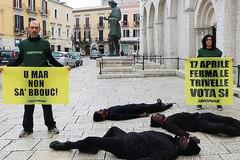 Petrolio sulla pelle, il flash mob di Greenpeace a Barletta