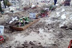 Fango e abbandono tra le tombe del cimitero di Barletta
