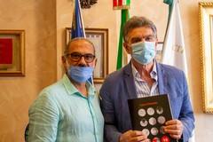 Il sindaco al maestro artigiano Dibenedetto: «Dai lustro alla nostra Barletta»