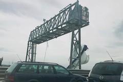 Crolla un pannello sulla SS16bis, traffico in tilt all'uscita Barletta centro