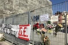 Crollo in via Roma, scompare la felpa nera con i nomi delle vittime