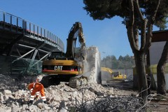 """In corso la demolizione delle vecchie tribune allo stadio """"Puttilli"""" di Barletta"""