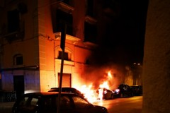 Incendio in via Roma a Barletta, due auto in fiamme