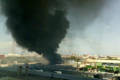 Incendio e nubi nere nella zona sud di Barletta