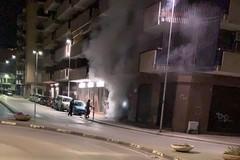 Fumo e odore di bruciato, un uomo si diverte con il fuoco a Barletta