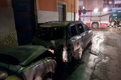 Nella notte le fiamme avvolgono due automobili in via Bovio