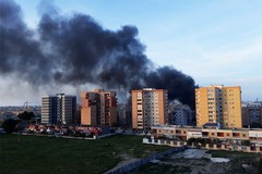 Fumo, paura e responsabilità: evacuato il palazzo dopo l'incendio di via Ungaretti