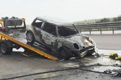 Incidente sulla 16 bis, auto rubata in fiamme e il conducente fugge