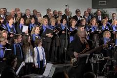 Il Maestro Paolo Lepore dirige il Coro del Faro presso la Cattedrale