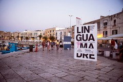 """Al porto di Trani ecco i """"Megalibri"""" dei cinque romanzi finalisti per il Premio Fondazione Megamark"""