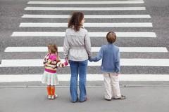Strisce pedonali colorate davanti alle scuole: la proposta