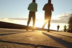 """Padre e figlio corrono insieme per la """"Fiaccola delle Cattedrali"""" a Barletta"""