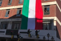 Festa di Santa Barbara a Barletta, tricolore dispiegato sul Palazzo di Città