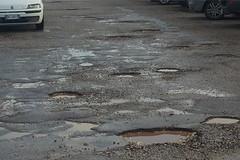 Buche stradali e segnaletica mancante, disastro in zona ospedale