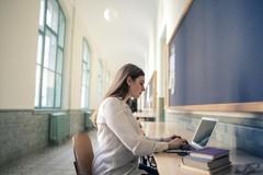 Scuola, Emiliano: «Didattica digitale integrata al 100% per le superiori»