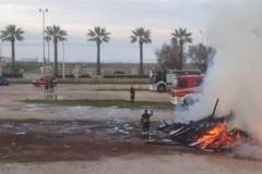 """""""Fanova"""" anticipata a Barletta, a fuoco la legna accumulata a Ponente"""