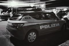 L'auto della polizia si ribalta dopo un inseguimento, due agenti feriti
