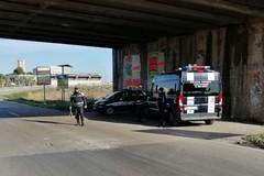 Parcheggia sulle strisce pedonali e insulta gli agenti di Polizia