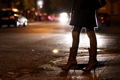 La costringeva a prostituirsi: «Taci, non dire nulla alla Polizia»