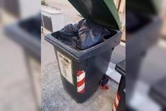 Due settimane e rifiuti mai raccolti, la lamentela di un esercente