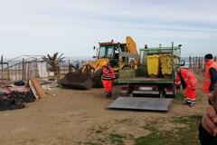 """Ripulito il """"campo spiaggia"""": i ringraziamenti dei senzatetto di Barletta"""