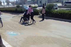 Lungomare invaso dalla sabbia, impraticabile da pedoni e ciclisti
