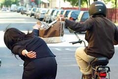Scippa una donna sul lungomare di Ponente, finisce in carcere un rumeno