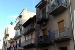 Auto in fiamme in via Gallo a Barletta, danneggiata la facciata di un palazzo