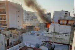 Fiamme alte e fumo, incendio su una palazzina nel centro di Barletta