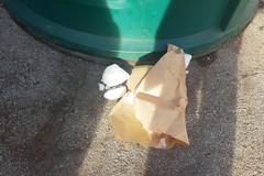 """Strani rifiuti """"fumanti"""" in via Meucci a Barletta"""