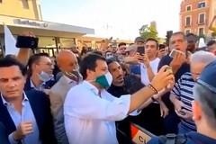 A Barletta senza mascherine e a caccia di selfie con Matteo Salvini