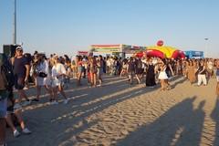 Pulizia in corso sulla spiaggia di Barletta dopo il Jova Beach Party