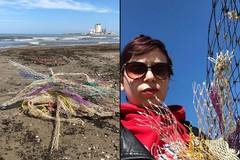Sulla spiaggia di Barletta fioriscono rifiuti, il racconto di Rosangela su Instagram