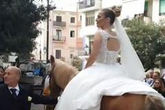 Sposa a cavallo tra le strade di Barletta