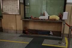Stazione di Barletta, si dorme all'ingresso della biglietteria