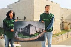 Il Castello di Barletta ricoperto dal petrolio, la protesta di Greenpeace