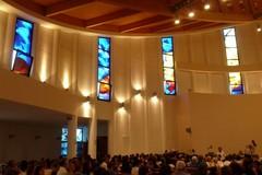 Sotto un'altra luce: la Chiesa di San Giovanni Apostolo presenta le nuove vetrate
