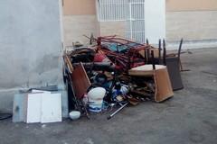 Via Bramante, rifiuti accumulati sotto gli occhi di tutti