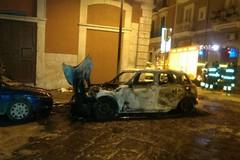 Le fiamme divorano un'auto nella notte in via Tancredi