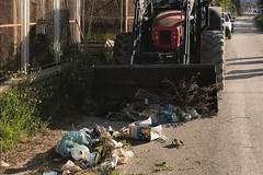 Rimossi cumuli di spazzatura in via Vecchia per Canosa