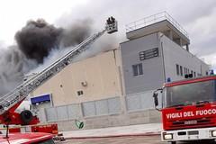 Azienda in fiamme, sindaco di Barletta: «Tenete le finestre chiuse»