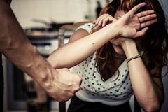 Botte, parolacce e violenze contro la moglie: albanese arrestato a Barletta