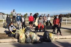 Volontari in azione a Barletta per ripulire la litoranea: «Possiamo fare la differenza»