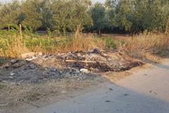 Canne della Battaglia, abbandona e brucia i rifiuti in strada