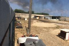 Strada statale 170 a Barletta, incendio in un deposito auto