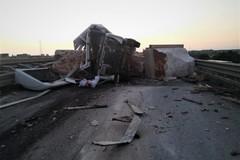 Terribile incidente sulla SS16bis a Barletta Sud, camion a pezzi