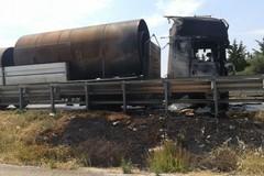 Autocarro in fiamme sulla SS16bis fra Trani e Barletta