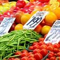Venditori abusivi di frutta e verdura, mancano i controlli